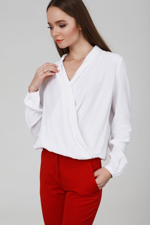 bcd052430810 Объёмная блуза c запахом лаконичного жемчужно-белого оттенка будет хорошим  дополнением элегантного делового или вечернего образа — в сочетании с  узкими ...